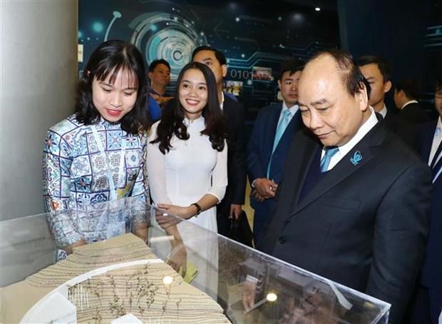 Premier de Vietnam pide a los estudiantes equiparse con amplios conocimientos hinh anh 1