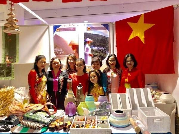 Vietnam participa en feria caritativa en Ucrania hinh anh 1