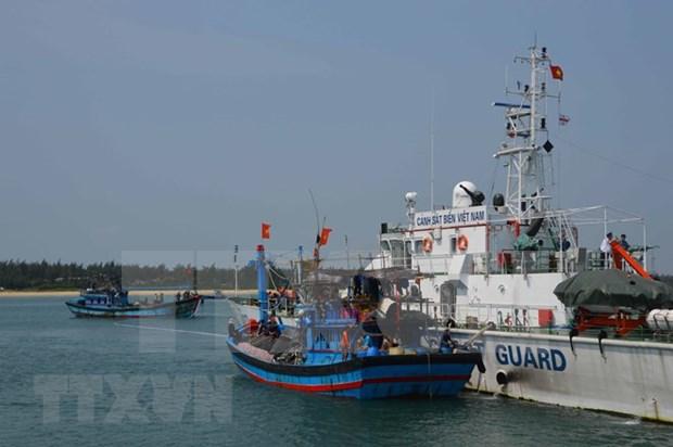 Pescadores vietnamitas rescatan a marineros extranjeros en mar nacional hinh anh 1