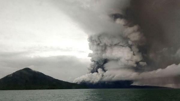 Indonesia aumenta alerta de erupcion de volcan Anak Krakatau hinh anh 1