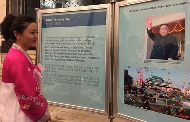 Exposicion fotografica en Hanoi resalta relaciones Vietnam- Corea del Norte hinh anh 1