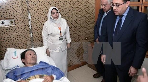 Premier egipcio visita a vietnamitas heridos por explosion de autobus en Giza hinh anh 1