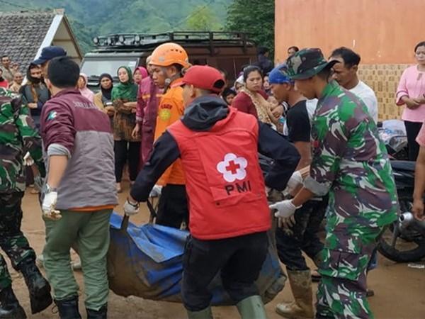 Al menos dos muertos por deslave de tierra en Indonesia hinh anh 1