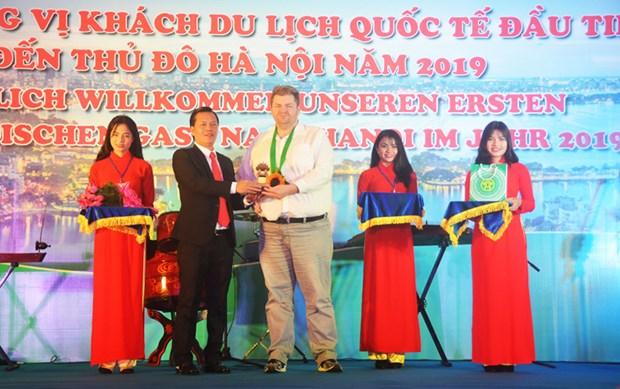 Hanoi recibe al primer turista extranjero de 2019 hinh anh 1