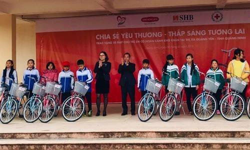 Entregan bicicletas para estudiantes pobres de la region nortena de Vietnam hinh anh 1