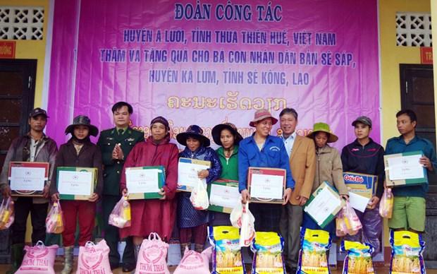 Provincia centrovietnamita entrega obsequios a pobladores pobres laosianos hinh anh 1