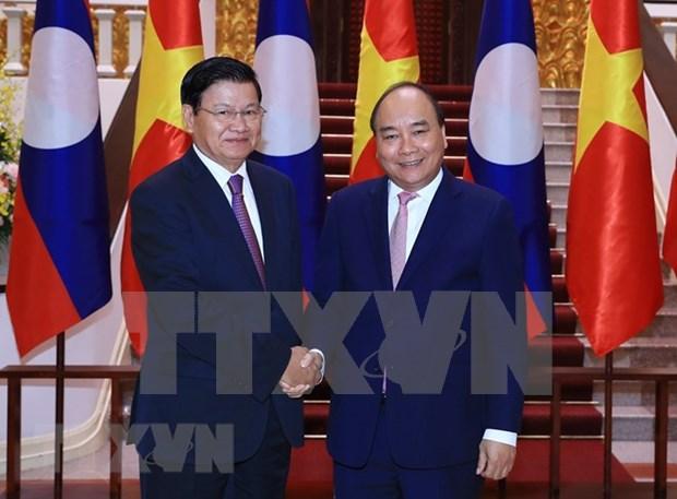 Premier de Laos llega a Vietnam para Reunion 41 del Comite Intergubernamental hinh anh 1