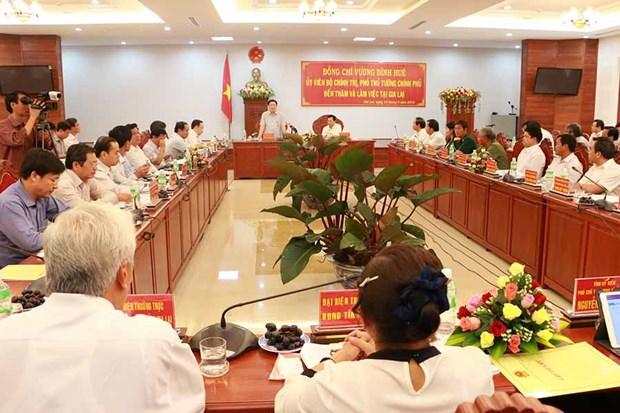 Vicepremier de Vietnam entrega regalos a trabajadores en condiciones dificiles en la provincia de Gia Lai hinh anh 1