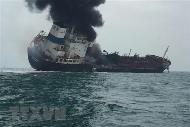 Al menos un muerto y dos desaparecidos al arder un barco petrolero vietnamita en Hongkong hinh anh 1