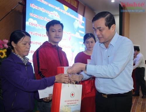 Entregan en Vietnam regalos a personas desfavorecidas en visperas del Ano Nuevo Lunar hinh anh 1