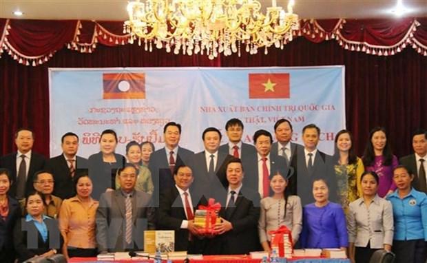 Dona Vietnam 15 mil libros de teoria politica a Laos hinh anh 1