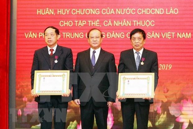 Honra Laos a colectivos y personalidades vietnamitas por sus contribuciones a la informacion y publicacion hinh anh 1