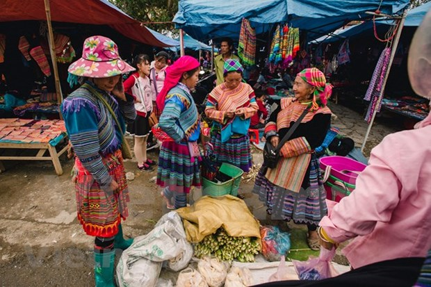 Contribuye festival del brocado a preservacion del legado cultural de etnias minoritarias vietnamitas hinh anh 1