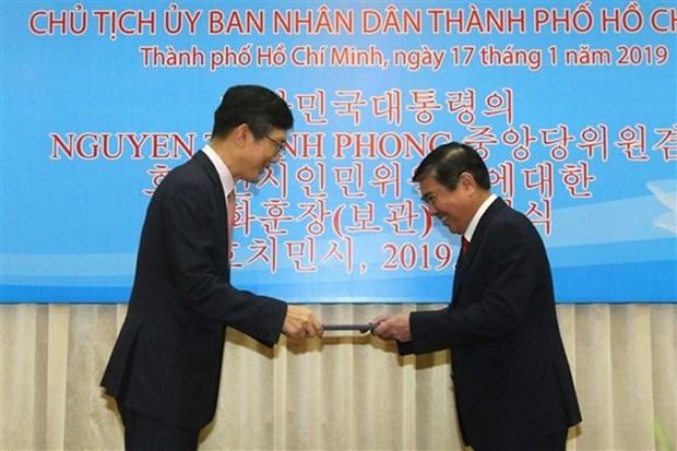 Recibe presidente del Comite Popular de Ciudad Ho Chi Minh la Orden de Merito Cultural de Corea del Sur hinh anh 1