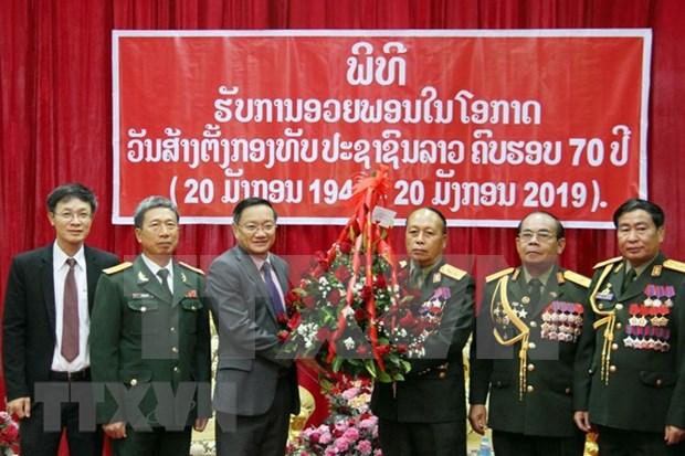 Embajada de Vietnam felicita al ejercito laosiano por el aniversario 70 de su fundacion hinh anh 1