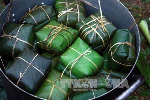 Experimentan turistas extranjeros elaboracion de pastel tipico de Tet en Vietnam hinh anh 1