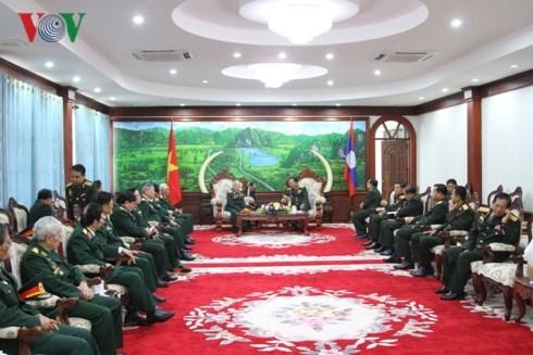 Ministro de Defensa de Laos recibe a ex soldados y expertos vietnamitas hinh anh 1