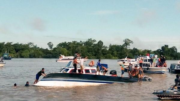 Un muerto y 12 desaparecidos tras volcarse una embarcacion en Indonesia hinh anh 1