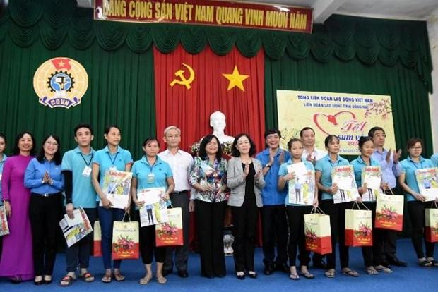 Entregan representantes del Partido y Estado de Vietnam regalos a personas pobres en ocasion del Tet hinh anh 1
