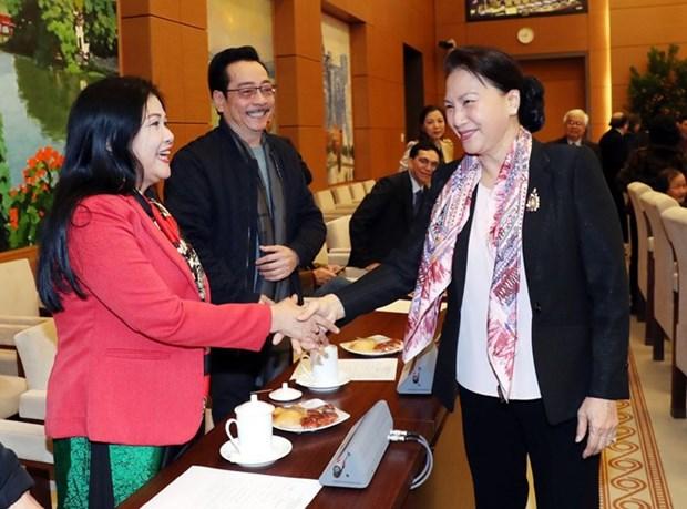 Dirigente parlamentaria de Vietnam se reune con escritores y artistas con motivo del Tet hinh anh 1