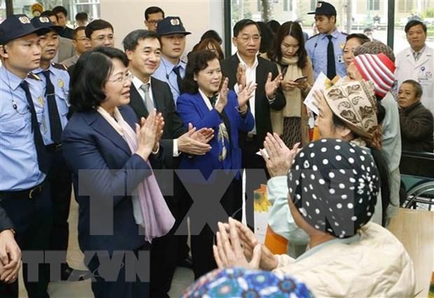 Dirigentes vietnamitas entregan regalos a personas desfavorecidas con motivo del Tet hinh anh 1
