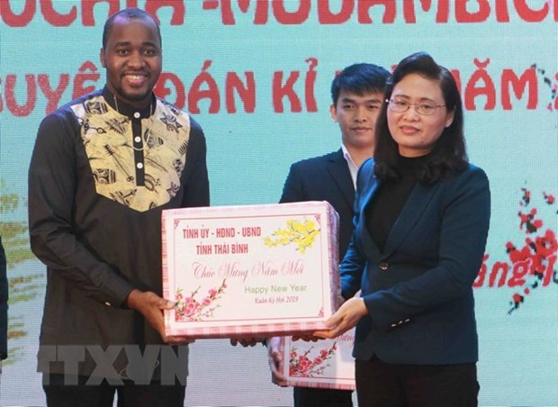 Obsequian regalos de ano nuevo lunar a estudiantes extranjeros en provincia vietnamita hinh anh 1