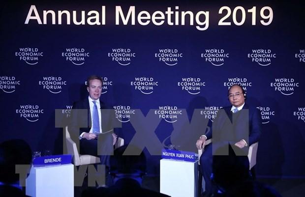 Premier Xuan Phuc dialoga con presidente de FEM sobre integracion global de Vietnam hinh anh 1