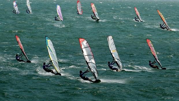 Concluye en provincia vietnamita XX Torneo internacional de windsurf hinh anh 1