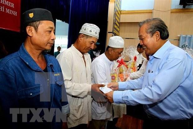 Otorgan obsequios dirigentes vietnamitas a personas necesitadas en ocasion del Tet hinh anh 1