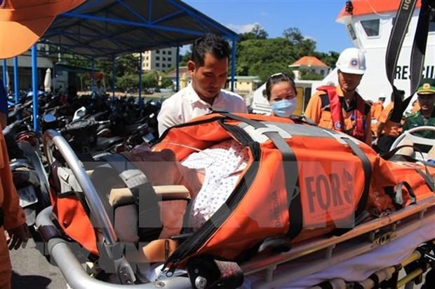 Rescatan socorristas de Vietnam en el mar a ciudadano estadounidense por urgencia medica hinh anh 1