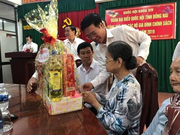 Visitan dirigentes de Vietnam a familias beneficiadas con politicas preferenciales del Estado hinh anh 1
