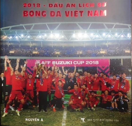 Resaltan hazanas de futbolistas vietnamitas mediante fotolibro tematico hinh anh 1