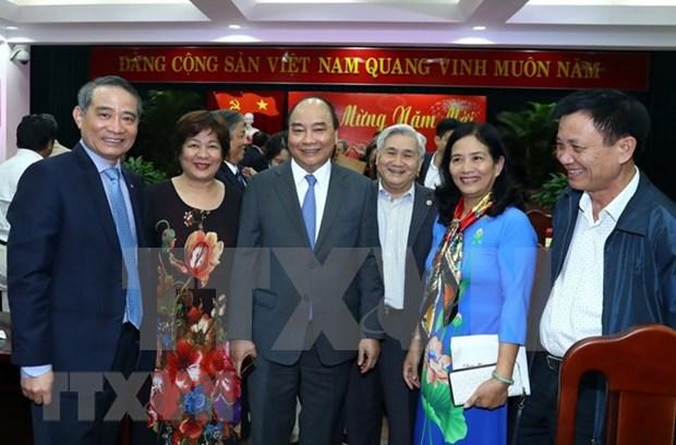 Visita Premier de Vietnam a funcionarios y exdirigentes de region central en ocasion del Tet hinh anh 1