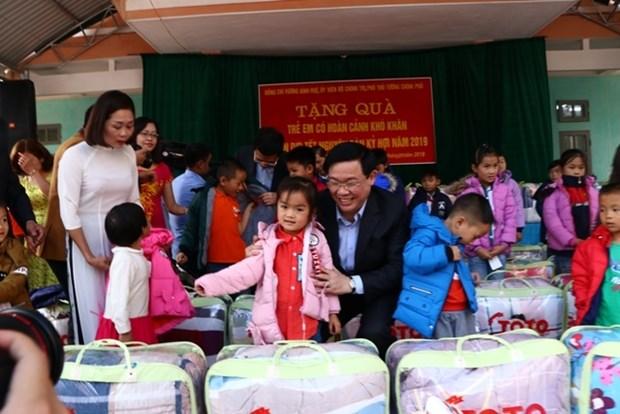 Vicepremier vietnamita otorga regalos a hogares pobres en Hoa Binh hinh anh 1