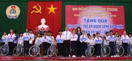 Vicepresidenta de Vietnam entrega regalos a personas de pocos recursos en ocasion del Tet hinh anh 1