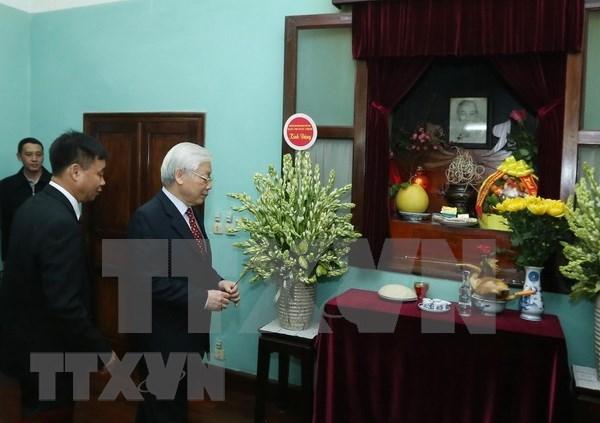 Maximo dirigente politico de Vietnam rindio tributo al Presidente Ho Chi Minh hinh anh 1