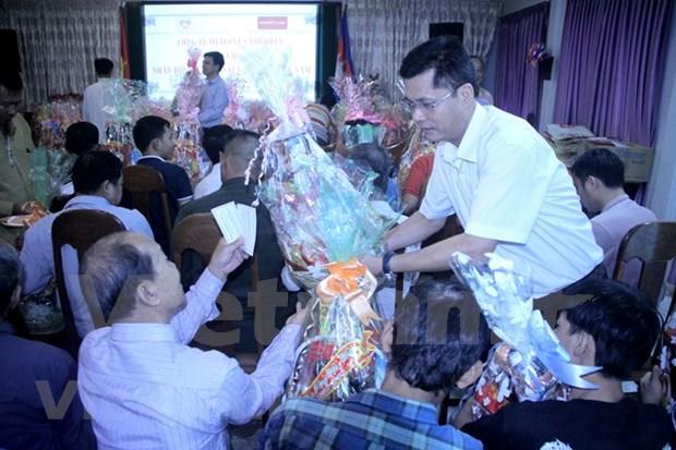 Entregan regalos por el Ano Nuevo Lunar a vietnamitas y camboyanos en Phnom Penh hinh anh 1
