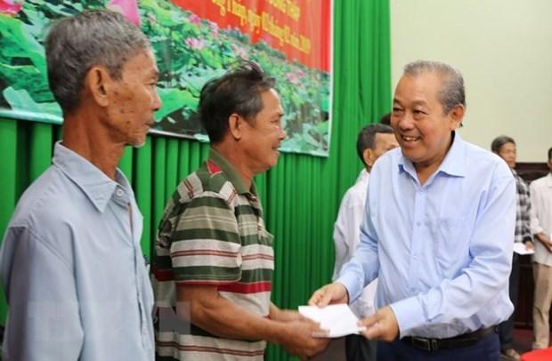Entrega vicepremier vietnamita regalos a personas necesitadas en ocasion del Tet hinh anh 1