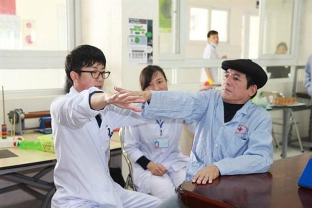 Medico japones Iizuka Kazuhiro con pacientes vietnamitas en Thanh Hoa hinh anh 1