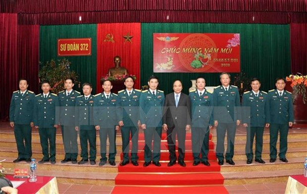 Premier vietnamita inspecciona la preparacion para el combate en Division de Fuerza Aerea antes de Tet hinh anh 1