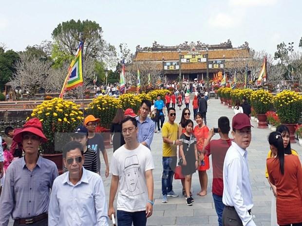 Ciudades centrales de Vietnam reciben a primeros visitantes del Ano Nuevo Lunar hinh anh 1
