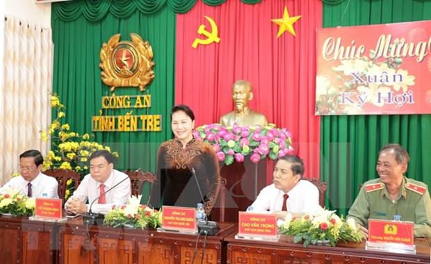 Dirigentes vietnamitas felicitan a unidades policiales y militares en ocasion del Tet hinh anh 1