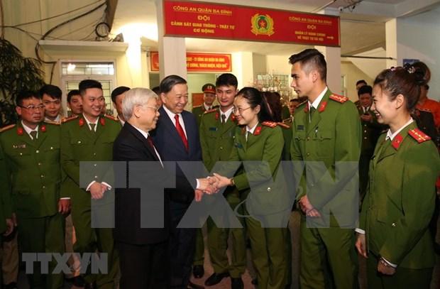 Maximo dirigente politico de Vietnam felicita a fuerzas policiacas por el Tet 2019 hinh anh 1