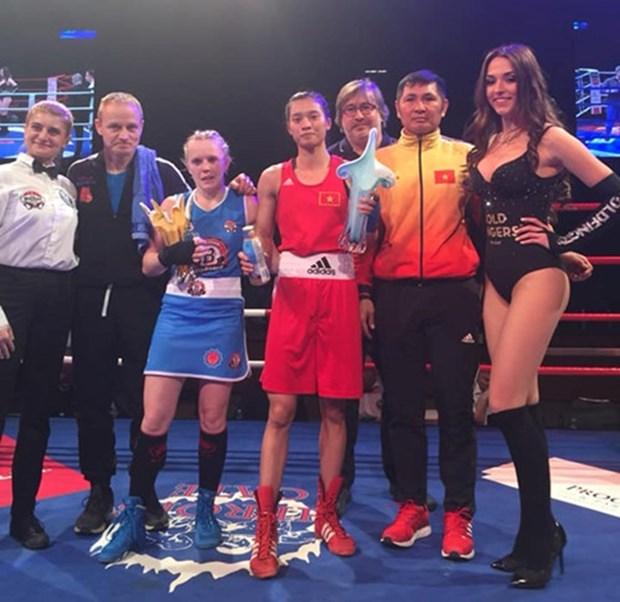 Boxeadora vietnamita gana el campeonato del torneo de boxeo de estrellas europeo – asiaticas hinh anh 1