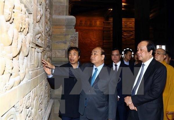 Premier vietnamita inspecciona los preparativos para el Dia de Vesak de la ONU hinh anh 1