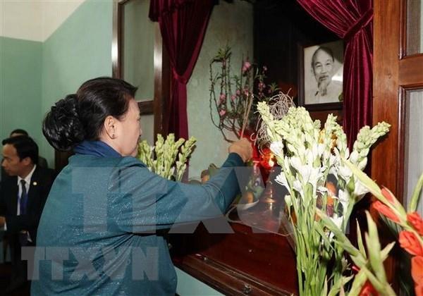 Maxima legisladora de Vietnam rinde homenaje al Presidente Ho Chi Minh hinh anh 1