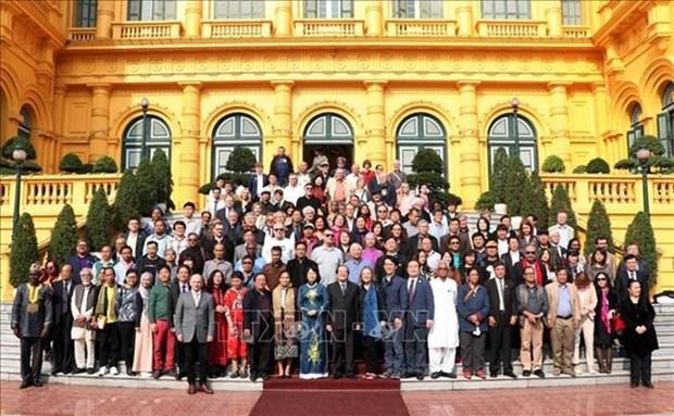 Recibe vicepresidenta de Vietnam a poetas y escritores extranjeros hinh anh 1