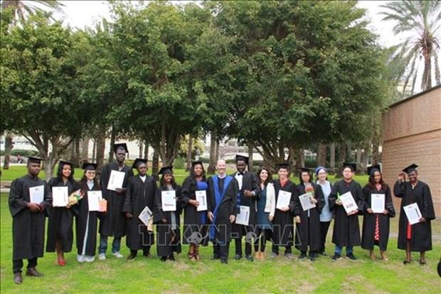 Reciben estudiantes vietnamitas en Israel diploma de Maestria en Agricultura hinh anh 1