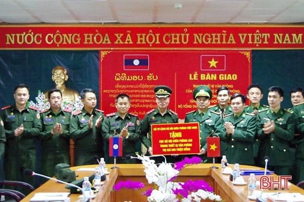 Entrega Vietnam donaciones a fuerzas guardafronteras de Laos hinh anh 1