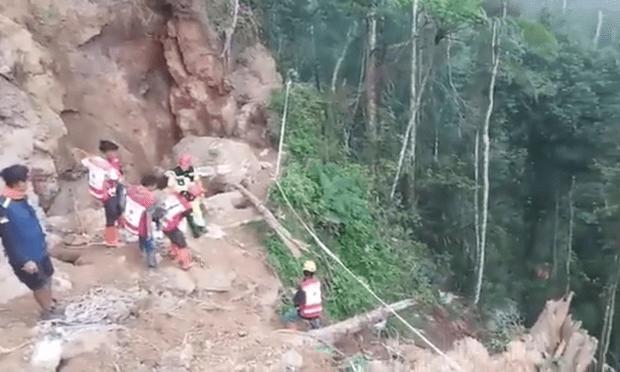 Decenas de personas enterradas tras derrumbe en una mina de Indonesia hinh anh 1